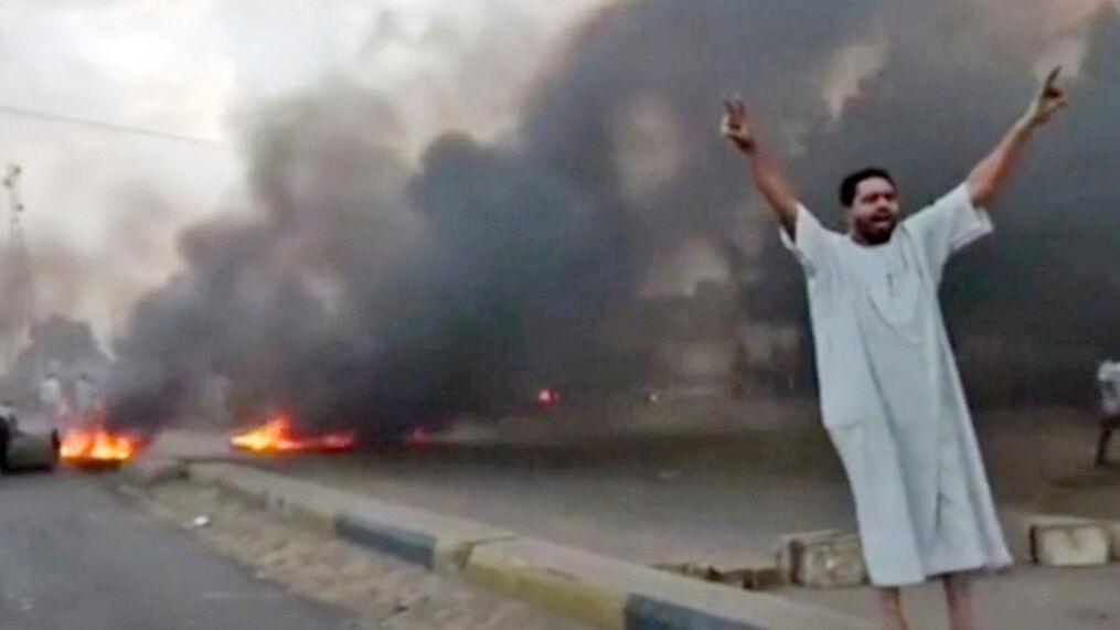 In diesem Bild aus einem Video schreit ein Mann während einer Protestaktion in Khartoum, Sudan, am Montag, 25. Oktober 2021, Parolen. (New Sudan NNS via AP)