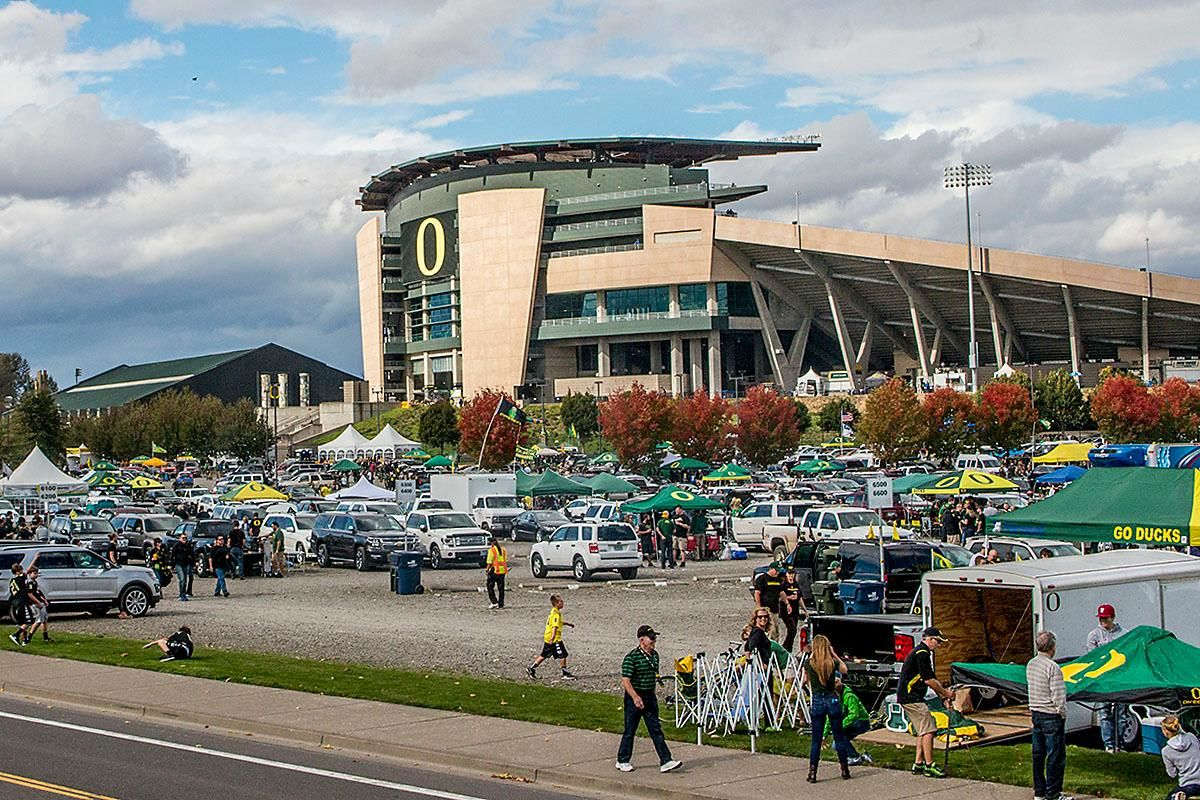 Oregon Ducks fans and Cougars fans fill the parking lot of Autzen Stadium to tailgate before the game on Saturday afternoon. Katie Pietzold, Oregon News Lab