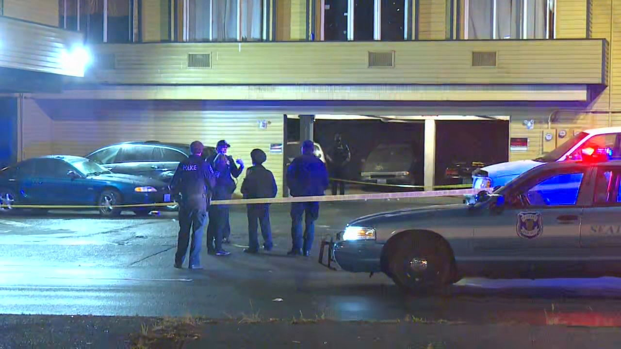 Seattle Police officers investigate shooting in a parking lot just outside the Everspring Inn on Aurora Avenue. (KOMO Photo)