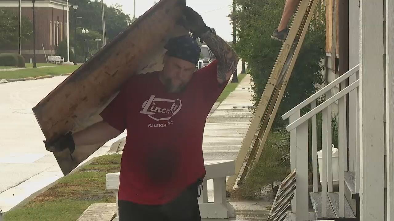 People in Beaufort were making last-minute preparations Thursday as Hurricane Dorian moved up the coast. (Photo credit: WLOS staff)