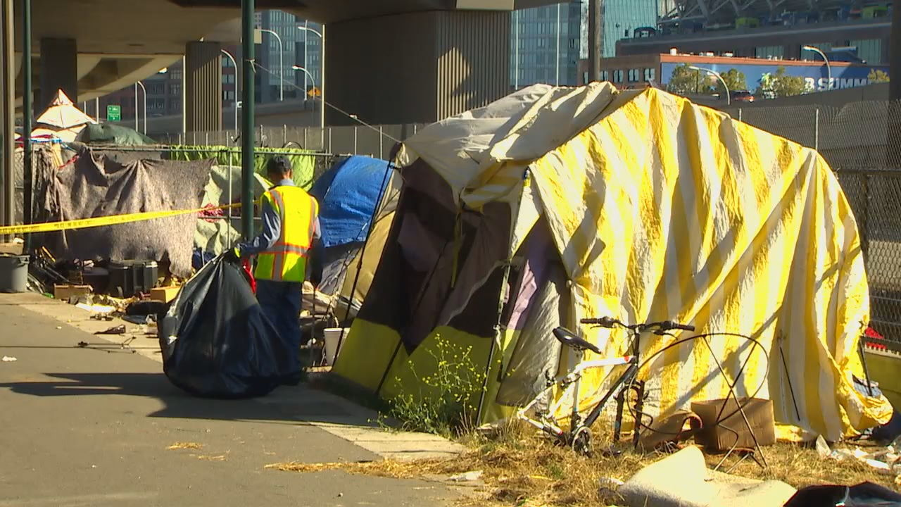 Tent propped up on Seattle streets (KOMO Photo)<p></p>