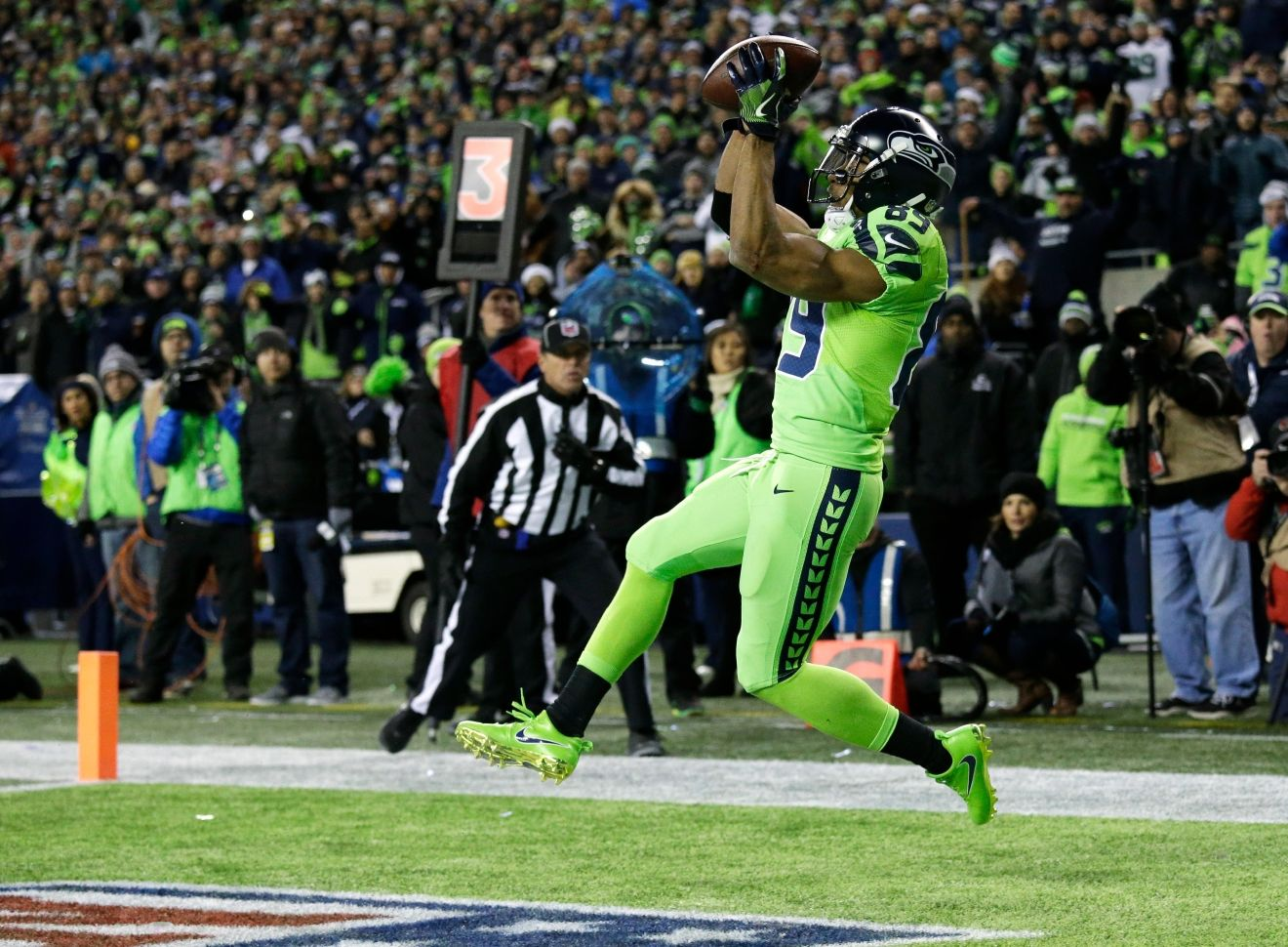 Seattle Seahawks wide receiver Doug Baldwin catches a pass in the end zone for a touchdown against the Los Angeles Rams in the second half of an NFL football game, Thursday, Dec. 15, 2016, in Seattle. (AP Photo/Elaine Thompson)