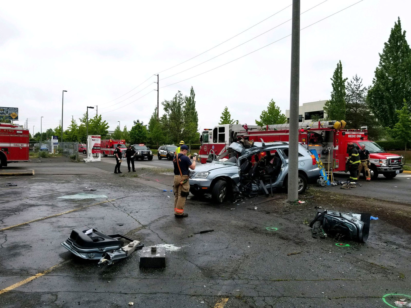 Deputies and medics respond to the crash scene. (Photo: King Co. Sheriff's office)