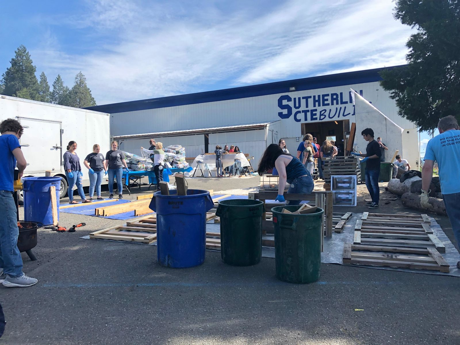 Sutherlin students roll up their sleeves to give kids a better night's sleep (SBG)
