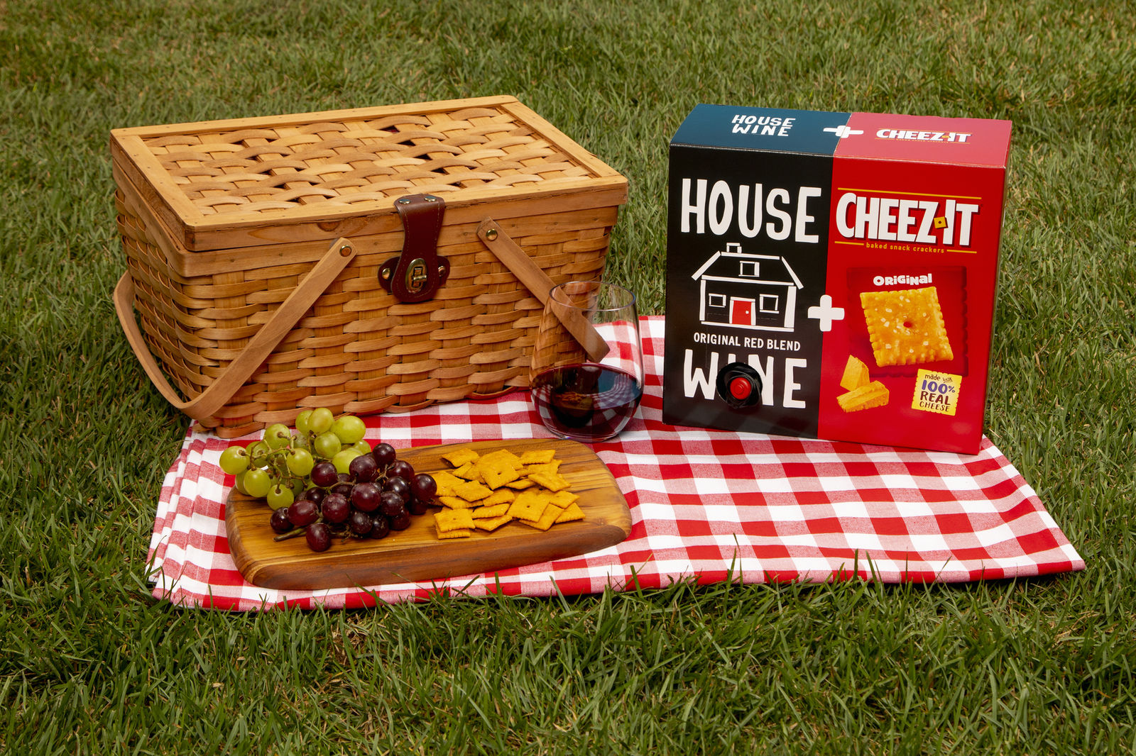 Some say there is no better pairing than wine and cheese—until now. Cheez-Itand House Wine are collaborating to create the ultimate summer duo: House Wine & Cheez-It. (Photo: Kellogg)