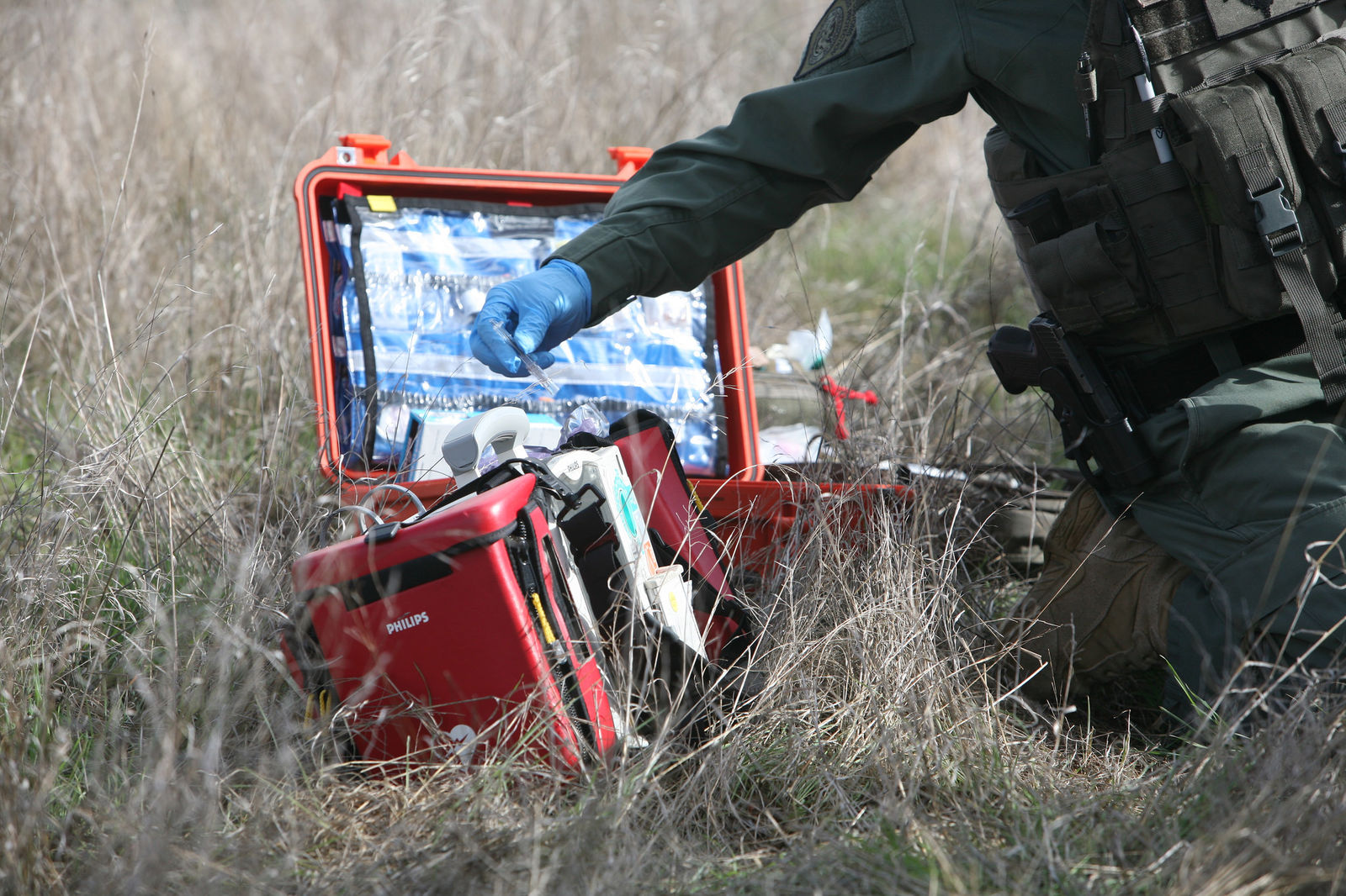 <p>This December 5, 2013 shows a training exercise, where BORSTAR agents carry medical field kits to render essential emergency aid to victims in trouble. (Photo: CBP/USBP)</p>