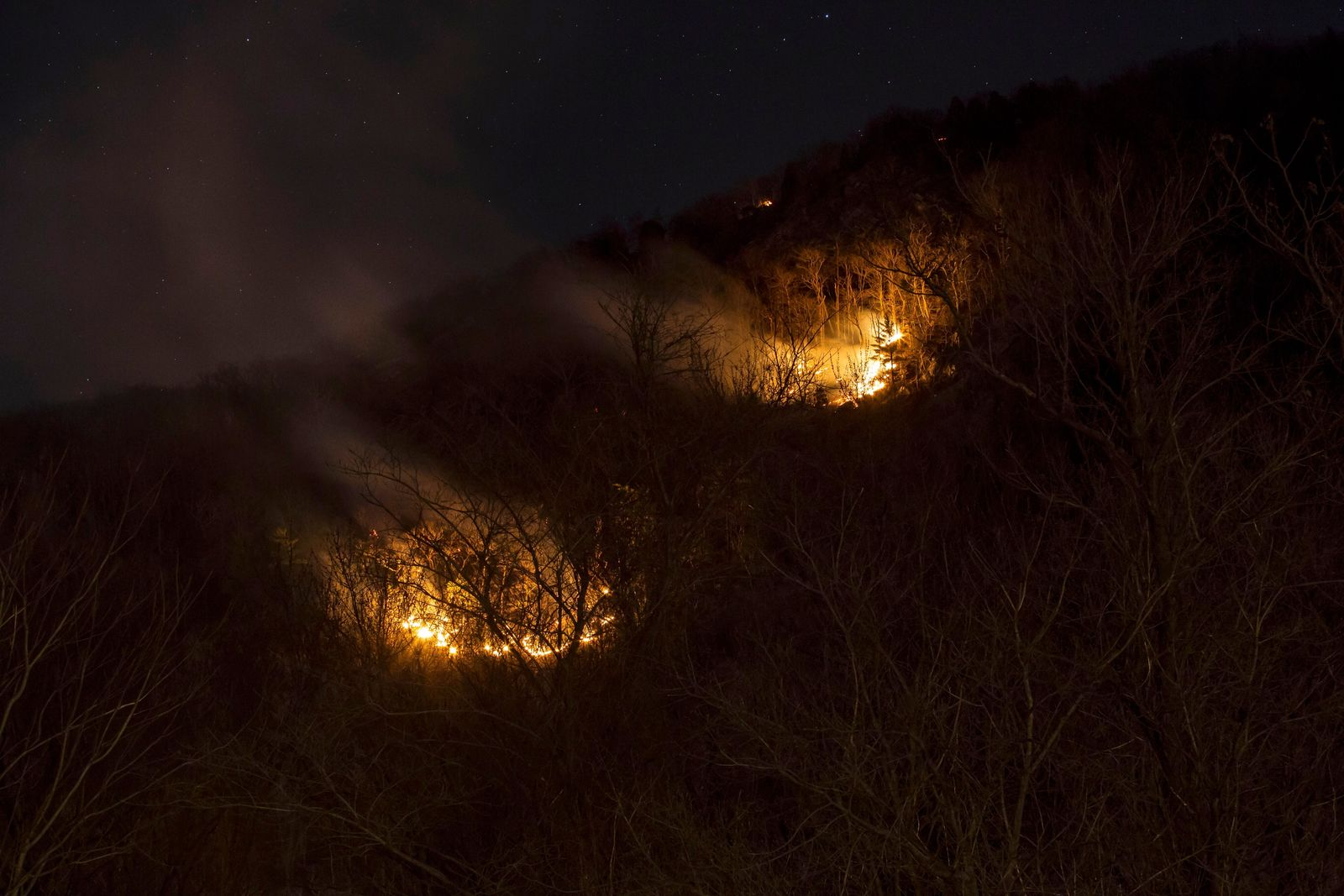 A fire burns on Mount Tammany in the Delaware Water Gap National Recreation Area in Hardwick Township, N.J., Sunday, Feb. 23, 2020.{ } (Daniel Freel/The New Jersey Herald via AP)