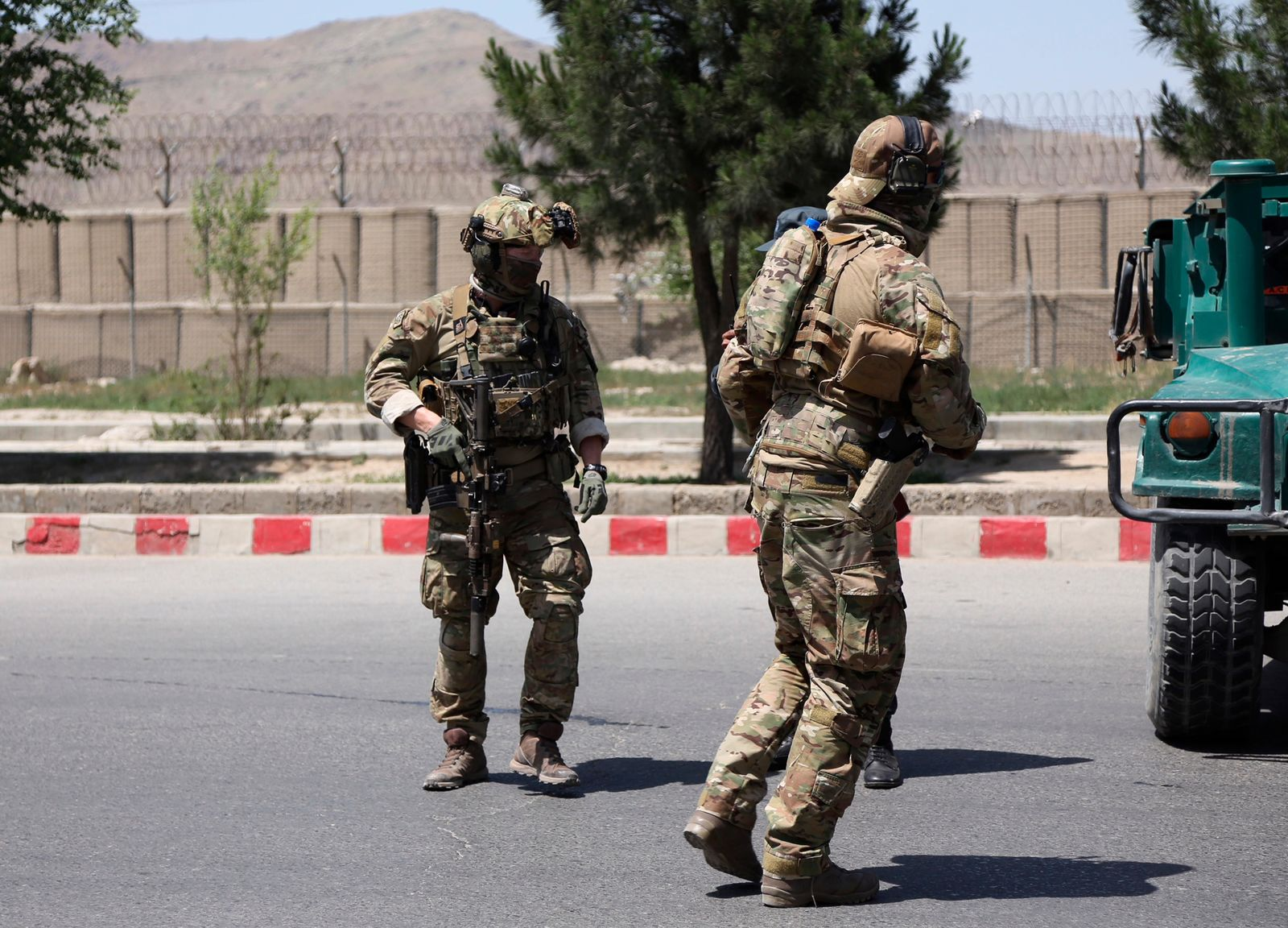 Security personnel arrive at the site of an attack in the Afghan Interior Ministry in Kabul, Afghanistan, Wednesday, May 30, 2018. (AP Photo/Rahmat Gul)