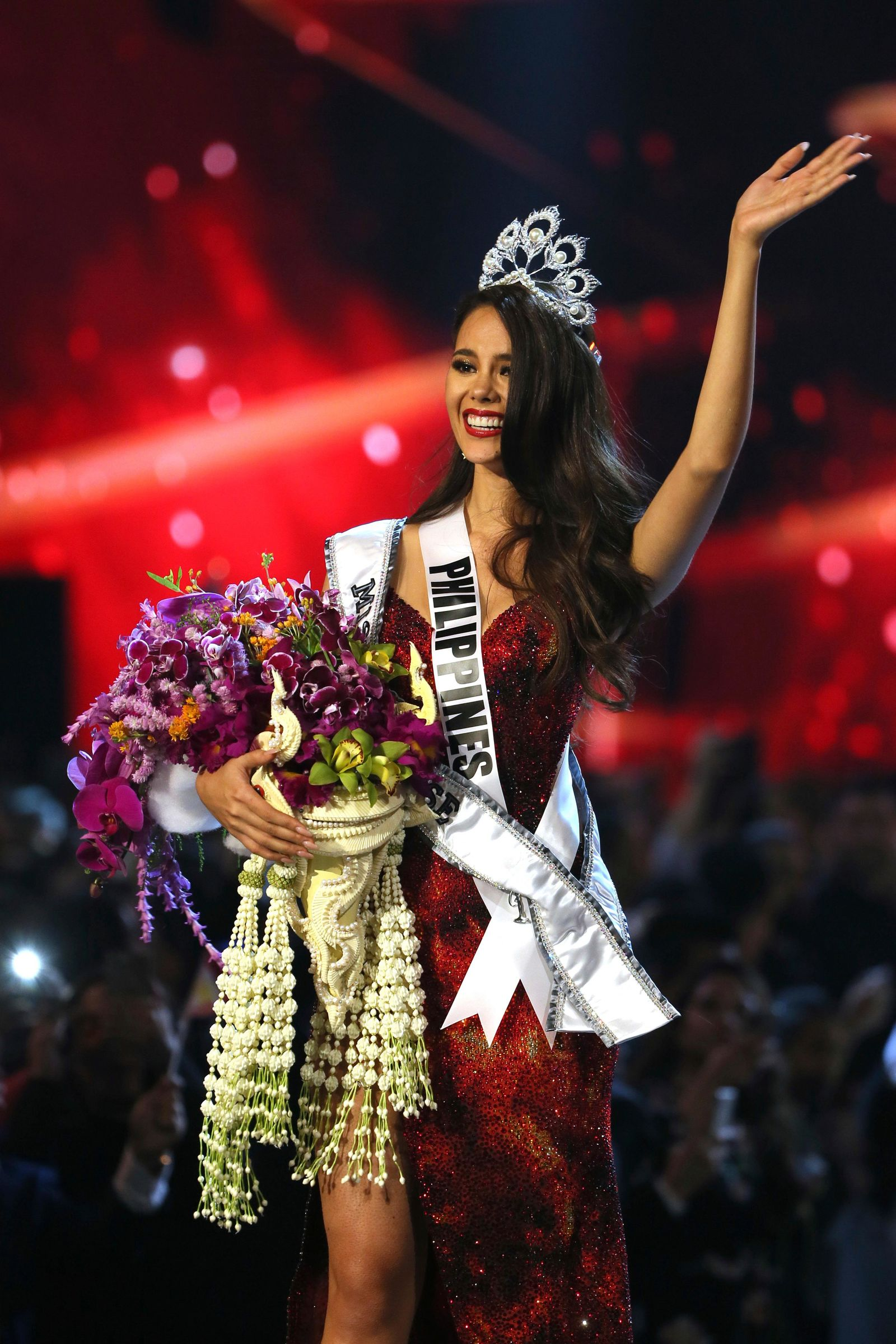 Miss Philippines Catriona Gray waves after being crowned Miss Universe during the final round of 67th Miss Universe competition in Bangkok, Thailand, Monday, Dec. 17, 2018.(AP Photo/Gemunu Amarasinghe)