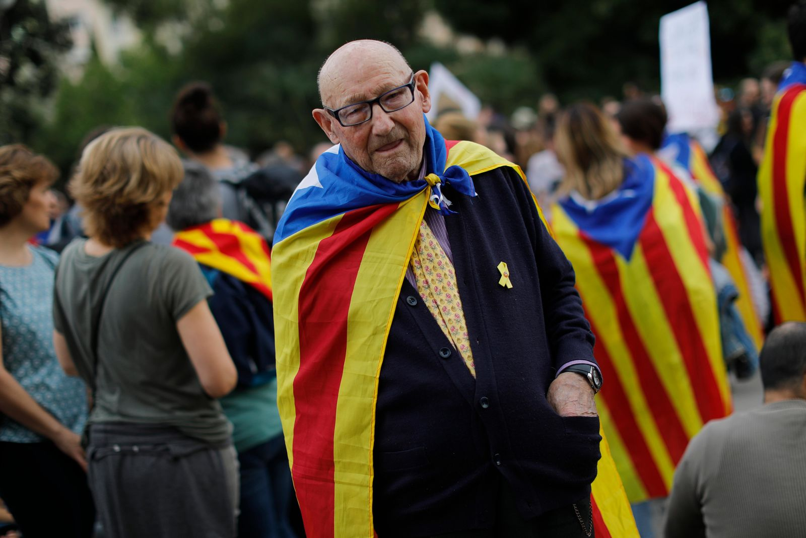 An elderly man joins a pro-independence gathering outside the Sagrada Família basilica i on the fifth day of protests over the conviction of a dozen Catalan independence leaders in Barcelona, Spain, Friday, Oct. 18, 2019.{ } (AP Photo/Bernat Armangue)