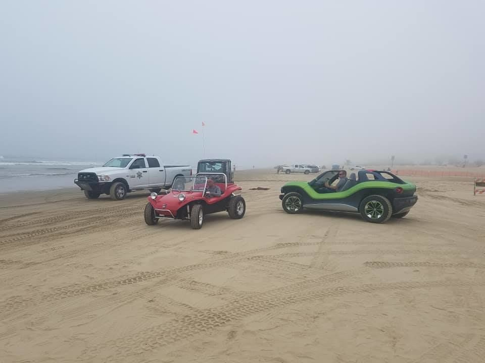 ID Buggy next to a vintage fiberglass buggy at Oceano Dunes. (Picture courtesy Damon Boggs)<p></p>